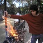 Tarek bereitet den Grill vor