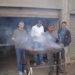Achmet, Rafi, Sarfir und Niklas beim Grillen